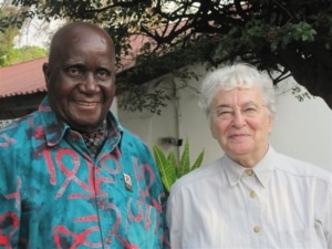 Kennth Kaunda in front of his Lusaka office with Ruth Weiss 2011